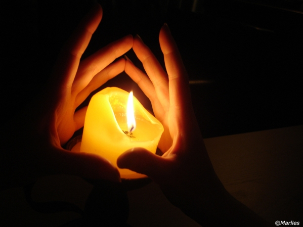 candle_light_hands